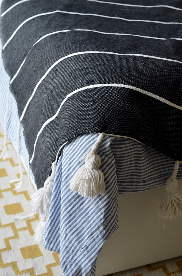 Baumwolldecke schwarz weiß Streifen mit Quasten und Pompoms nachhaltig