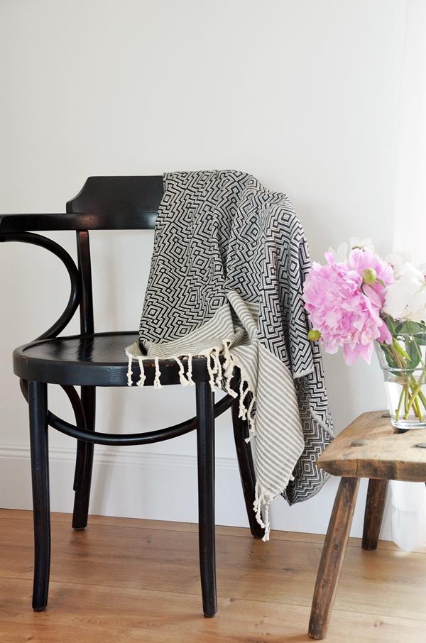 Baumwolldecke nachhaltig fair schwarz weiß Muster