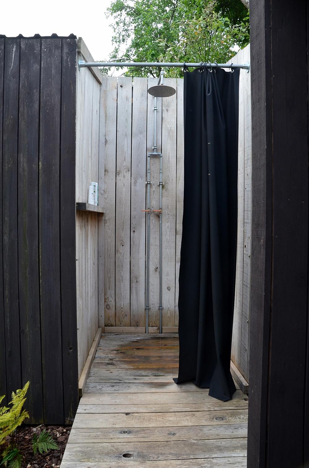 Outdoor Dusche schwarzes Holz