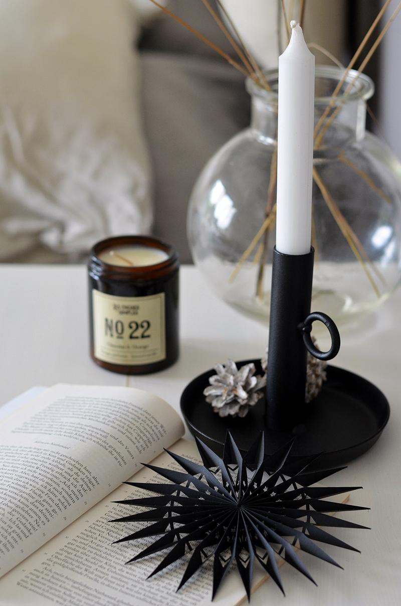 Kerzenhalter mit natürlicher Deko