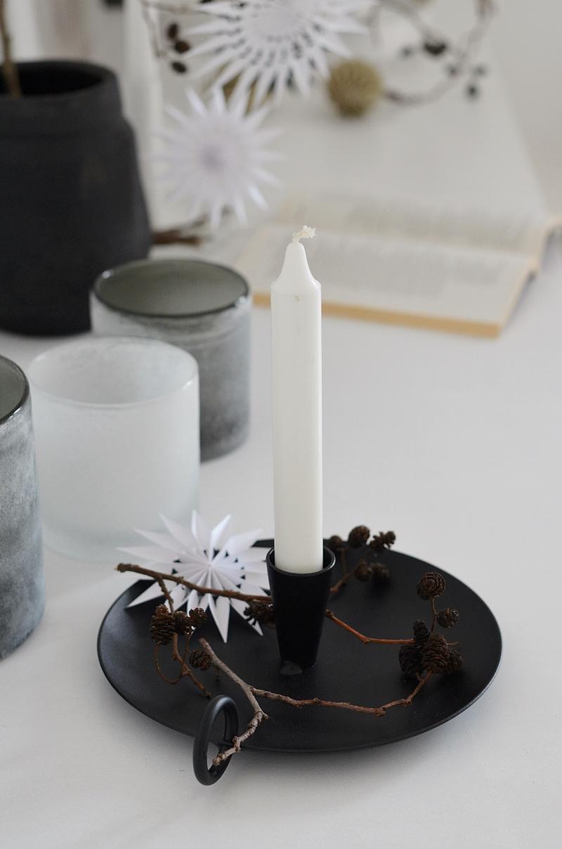 schwarzer Kerzenhalter mit Naturdeko